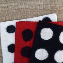 Handmade felt - spotted mat - rectangle - black/white